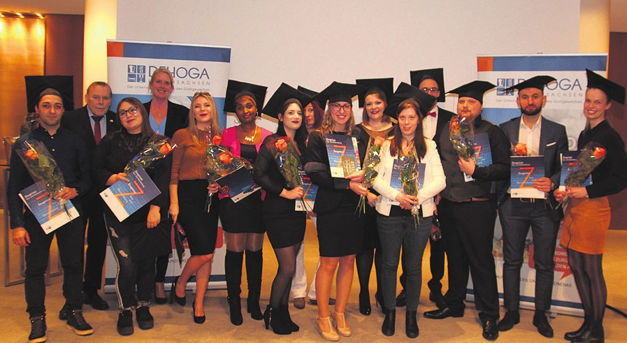 15 Absolventen aus dem Gastgewerbe erhielten Abschlusszeugnisse, Doktorhüte und Blumen. Foto: DeHoGa Gifhorn