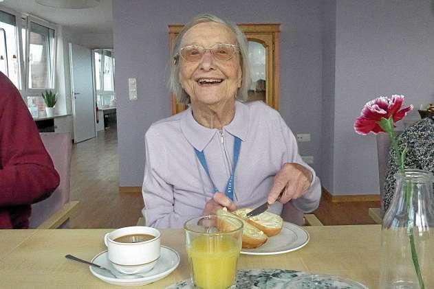 """Edith Stein liebt die frischen Brötchen, die sie morgens in der Tagespflege """"Kiek ut"""" zum Frühstück bekommt.FOTO: KIELER STADTKLOSTER"""