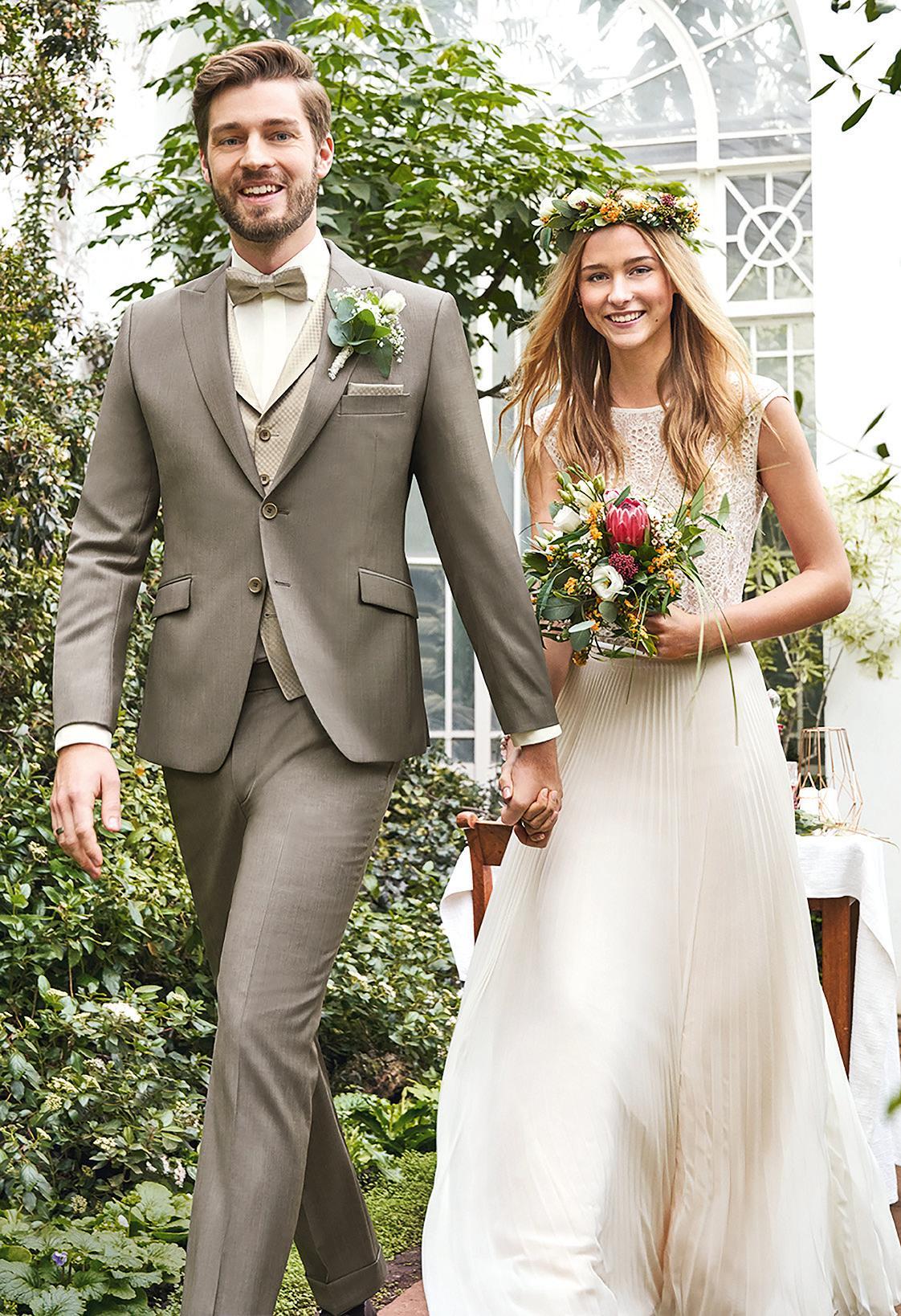 Manch ein Brautkleid ist so wunderbar schlicht, dass der Stil durch Accessoires äußerst wandelbar ist. Foto: Wilvorst