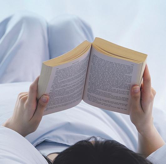 Vor der Nachtruhe etwas zu lesen, kann entspannend wirken Bild: Alexander/stock.adobe.com
