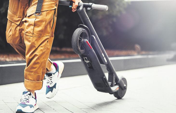 Dank des Klappmechanismus sind die E-Scooter leicht zu transportierten Bild: Akaberka/stock.adobe.com
