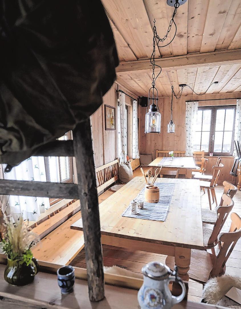 Ambiente mit Charme: Der Gast darf an großen Holztischen Platz nehmen.