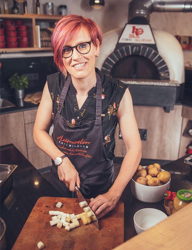 """Thüringer Genussbotschafterin Kati Wilhelm legt auch mal selbst Hand an im eigenen Restaurant """"Heimatlon""""."""