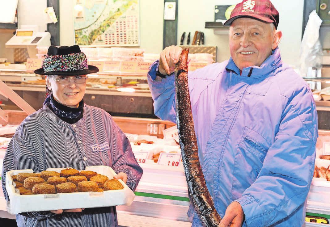 Bei Artur und Karin Haase gibt es nur handverarbeitete Ware wie frische Fischfrikadellen sowie selbst geräucherte Aale. Foto: Anja Hötzsch