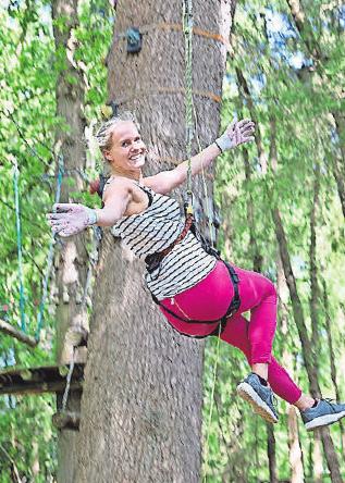 Es bringt viel Spaß, gut gesichert durch hohe Baumkronen zu klettern.