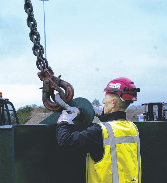 Schwere Eisenketten wurden an dem Stahlträger befestigtBild: Lorenz