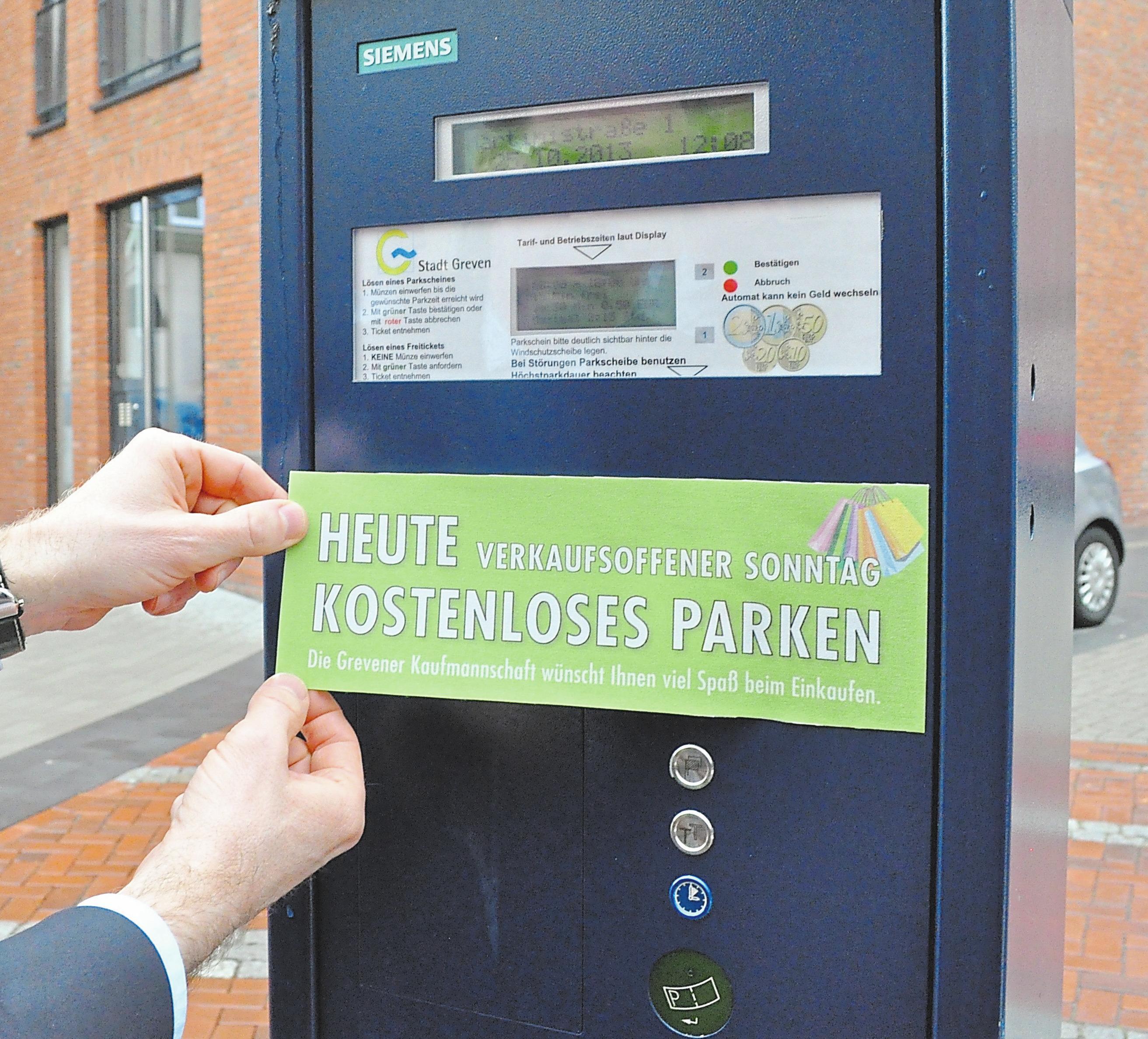 Die GWG klebt die Geldschlitze an den innerstädtischen Parkautomaten zu.