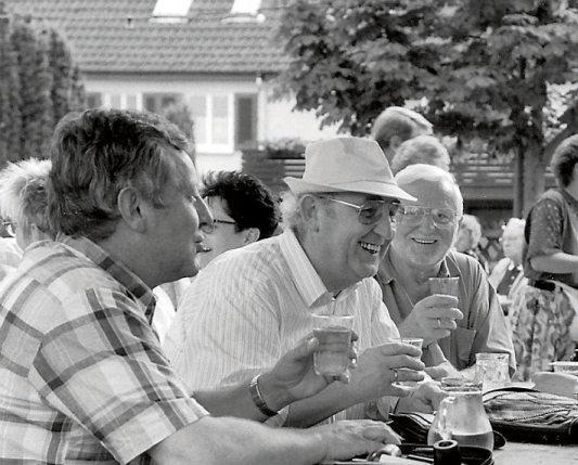 Straßenfeste feierte man in Hirschau schon immer gern, wie hier im Jahr 1994 beim Kelterfest. Schön wäre es, wenn man sich demnächst wieder in einer Dorfkneipe oder im Stadtteiltreff gemütlich zusammensetzen könnte. Archivbild: Manfred Grohe