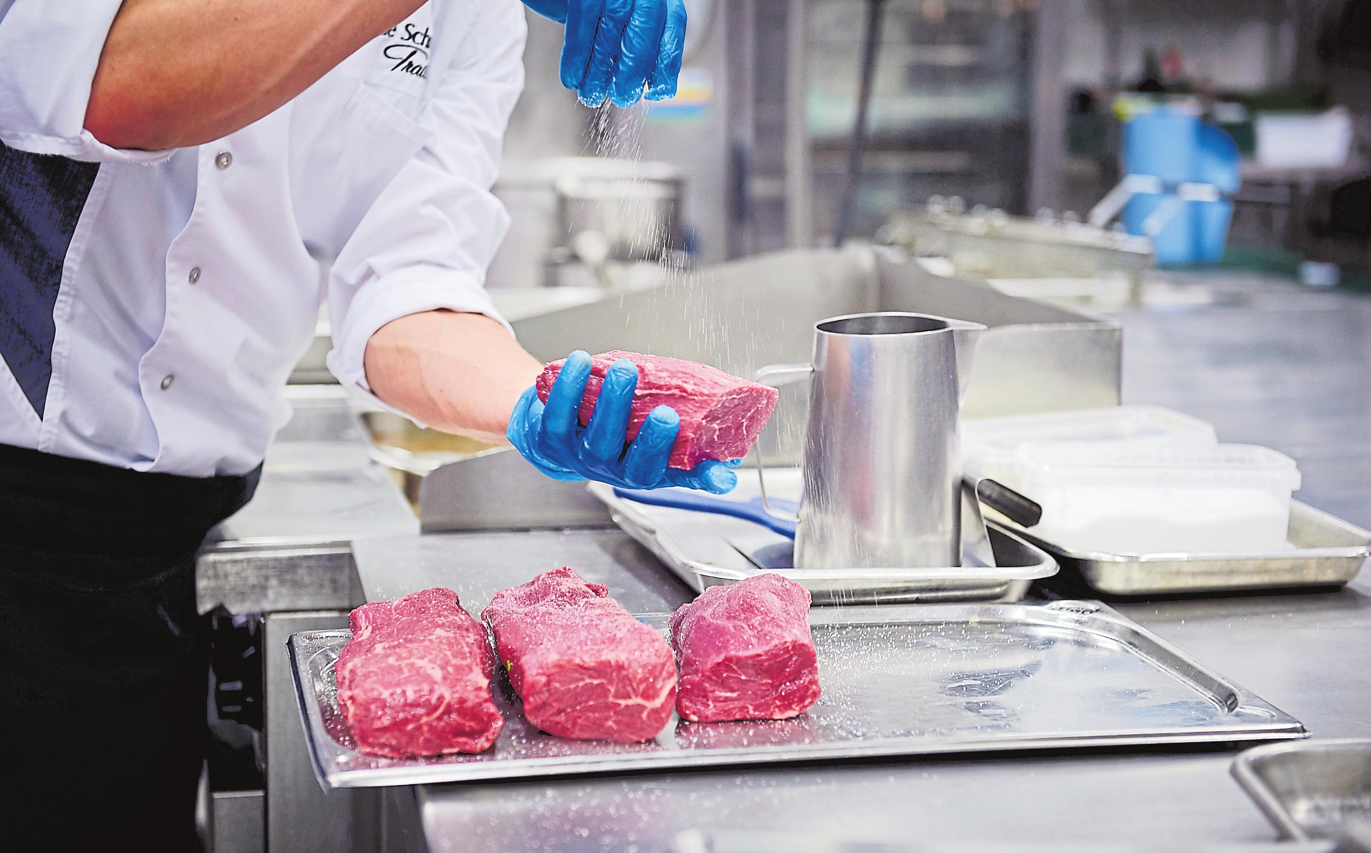 In den Küchen des Traiteurs wird nach wie vor viel auf Handarbeit gesetzt, was der Qualität der Produkte zugutekommt.