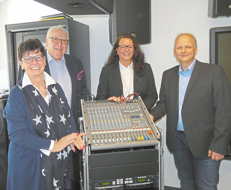 """Mechthild, Udo und Svenja Erpenstein sowie Holger Möntemann (v.l) freuen sich über den 50. Firmengeburtstag der """"Udo Erpenstein GmbH – Elektrotechnik"""". Foto: gh"""