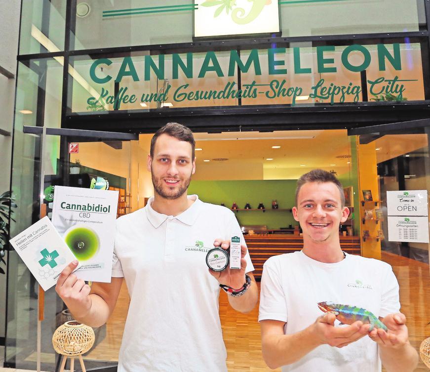 LUKAS OTT (rechts) und Julian Rosenhauer mit einigen ihrer Produkte und dem Cannameleon-Chamäleon. Foto: André Kempner