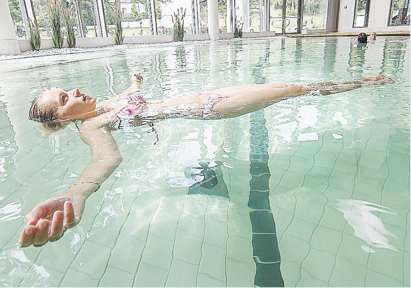 Im Salzsee mit 15 Prozent Solegehalt schweben und Körper und Geistentspannen. Foto: SSB/Igor Pastierovic