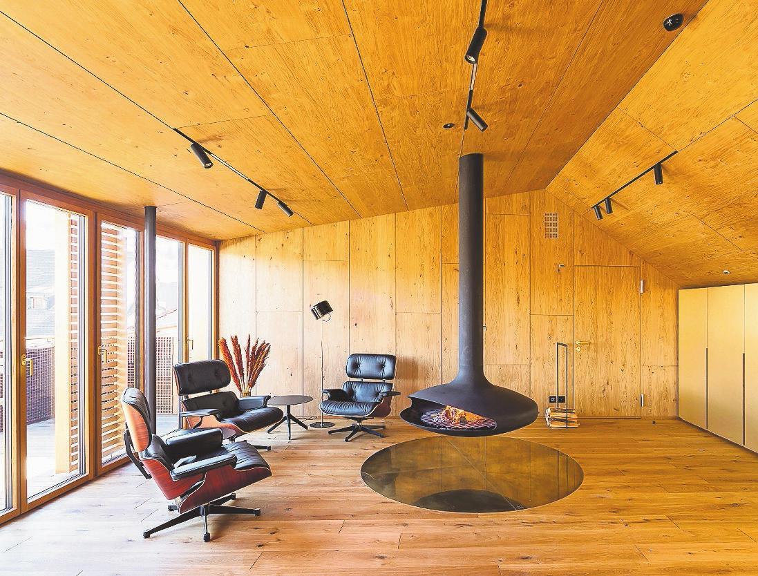 Ein Blickfang ist der exklusive Kamin im Dachstock.