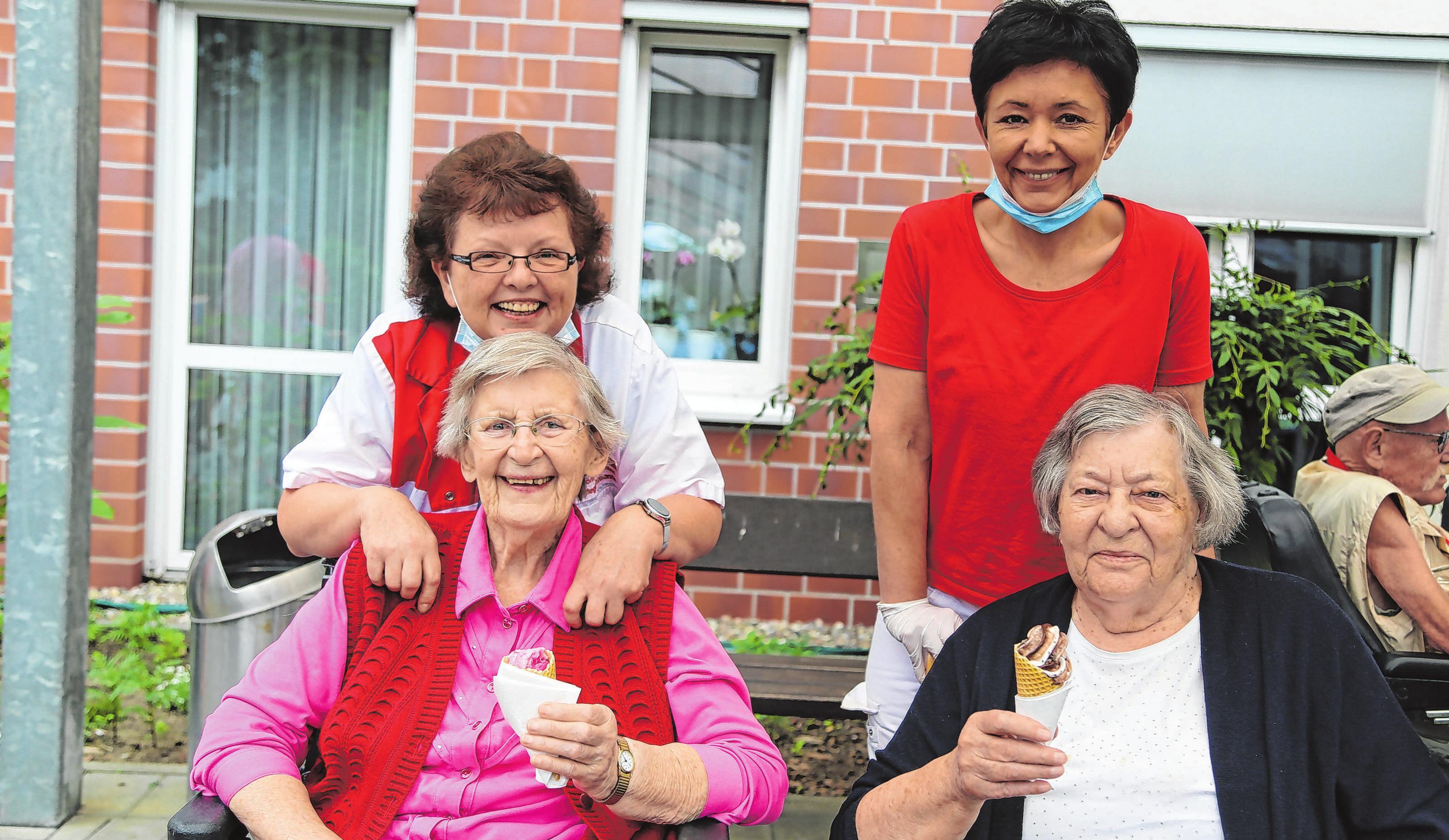 Hier hat man Grund zum Lachen und zur Freude: Mitarbeiterin Monika Neumann mit Bewohnerin Hiltraud Habermann und Ulla Jakubowska mit Gisela Zymelka haben Spaß beim Sommerfest.