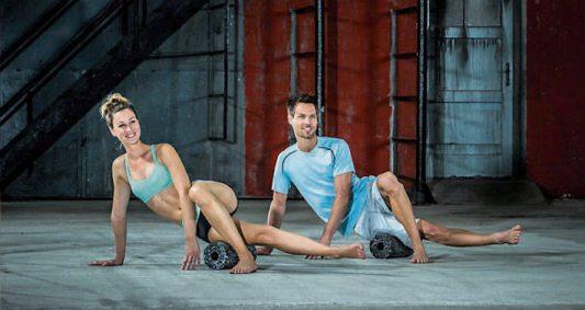 Regeneration versus Funktionelles Training: Die Blackroll ermöglicht die Mobilisierung und Regeneration der Muskulatur und der Faszien. Sie ist ein ideales Hilfsmittel für den Trainingsalltag. Mit geringem zeitlichen Aufwand kann die Elastizität und somit das Leistungsvermögen der Muskulatur erhöht werden. Die Blackroll wird außerdem bei derfunktionellen Faszienfitness eingesetzt, um bewusst den Körper auf Spannung zu halten. Bild: Blackroll
