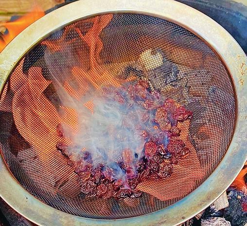 Durch das Rösten über der offenen Flamme entwickeln Rosinen einzigartige, karamellige Geschmacksnoten. FOTO: DJD/WWW.CALIFORNIARAISINS.DE