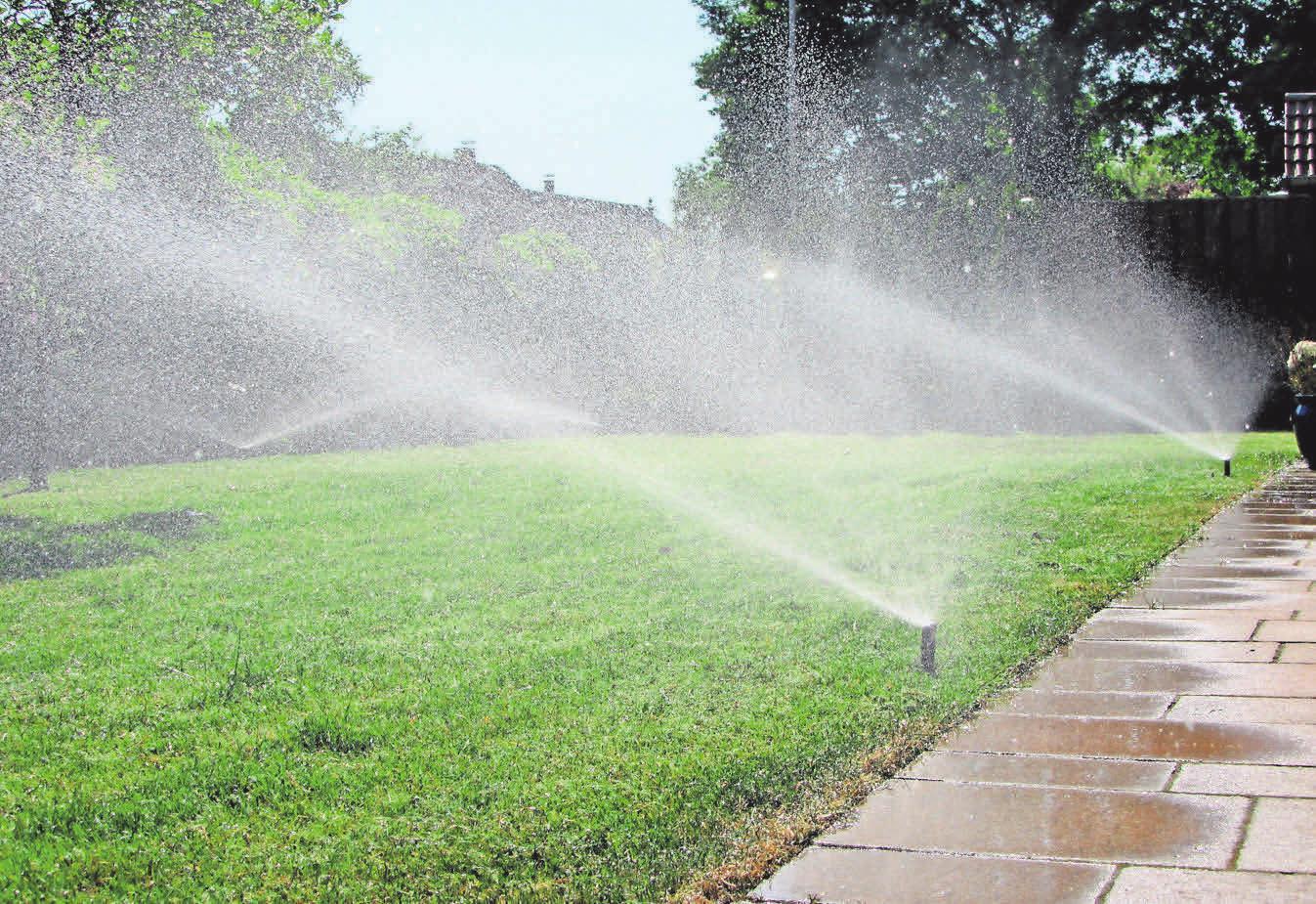 Mit Bewässerungsanlagen bekommt der Rasen die richtige Menge Wasser.