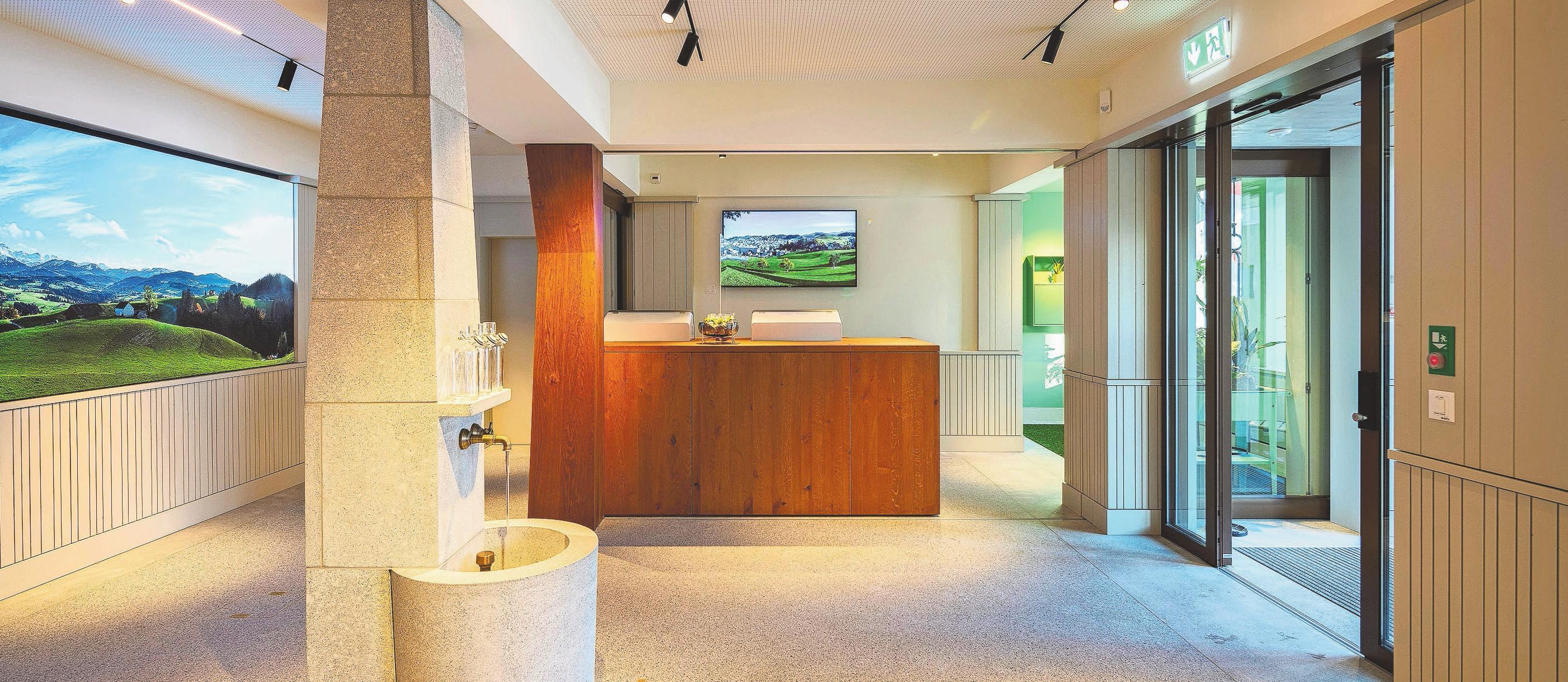 Der Eingangsbereich in die Bank ist als Dorfplatz mit Brunnen gestaltet. Hier sollen sich die Gäste willkommen fühlen. Fotos: Daniel Ammann