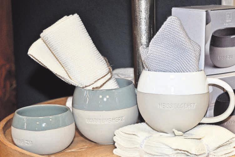 """Die Steinzeug-Tassen """"Heiss begehrt"""" der Manufaktur räder sind aktuell ein Verkaufsschlager."""