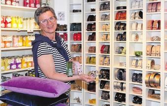 Sabine Tesch zeigt ihre wunderschönen Ledergürtel mit individueller Schließe, dahinter Duftkerzen in allen Variationen. Foto: Kasdorff
