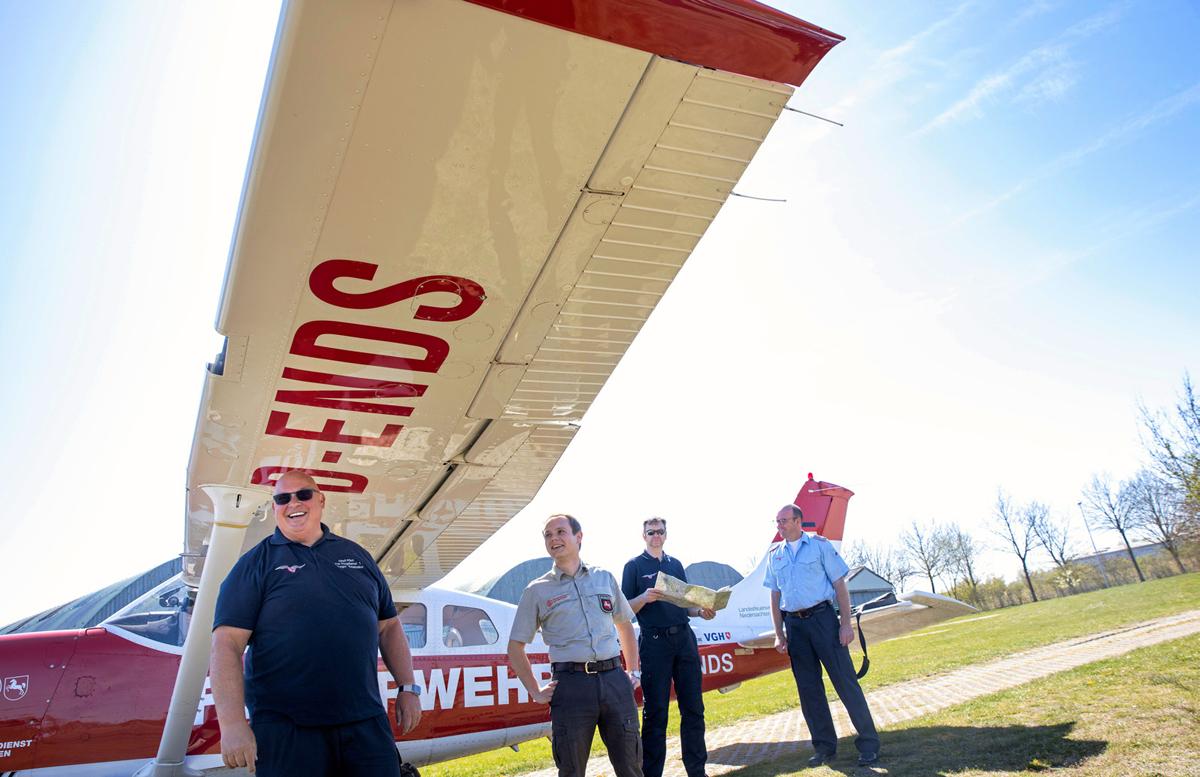 CREW +1: Gregor Szielasko (Pilot), Hergen Knocke (Forst), Stephan Meier (Feuerwehr) und Kreisbrandmeister Torsten Hensel.