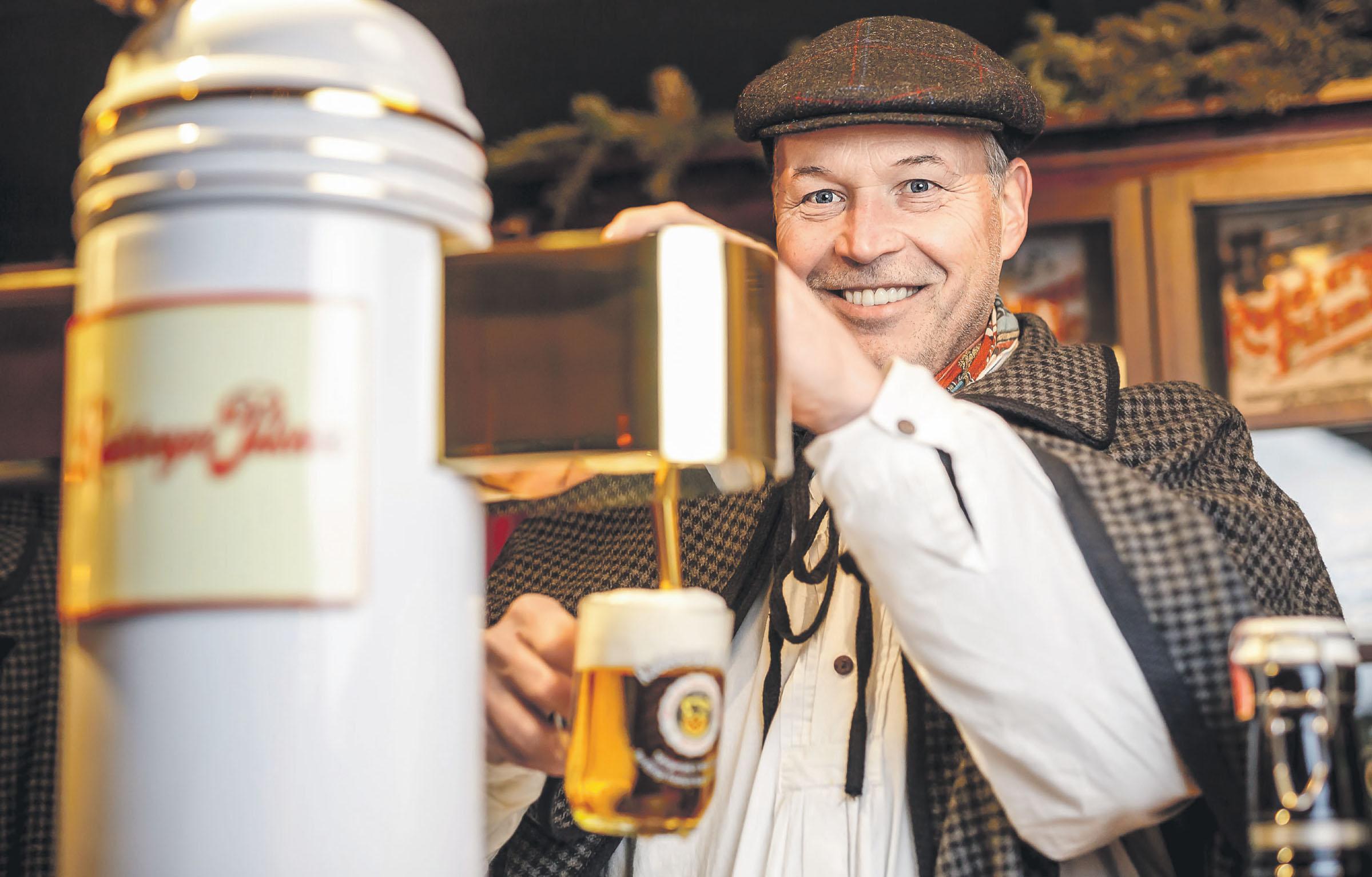 """Zwickelbier, das unfiltrierte Radeberger Pilsner, wird sonst nur im """"Radeberger Spezialausschank"""" gezapft. Fans haben in der Vorweihnachtszeit eine weitere Chance auf diesen Genuss: In der einem Ausschank um 1900 nachempfundenen Markthütte """"Königlich-Sächsische Schankwirtschaft"""" beim """"Advent auf dem Neumarkt"""" wird die Spezialität ebenfalls ausgeschenkt"""