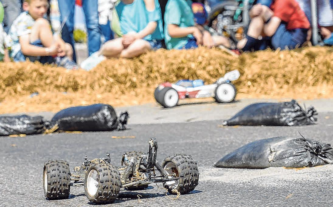 Auf dem Gelände vom Autohaus Messmer dürfen die Racing Cars vom AuMSC Gehrenberg bewundert werden.