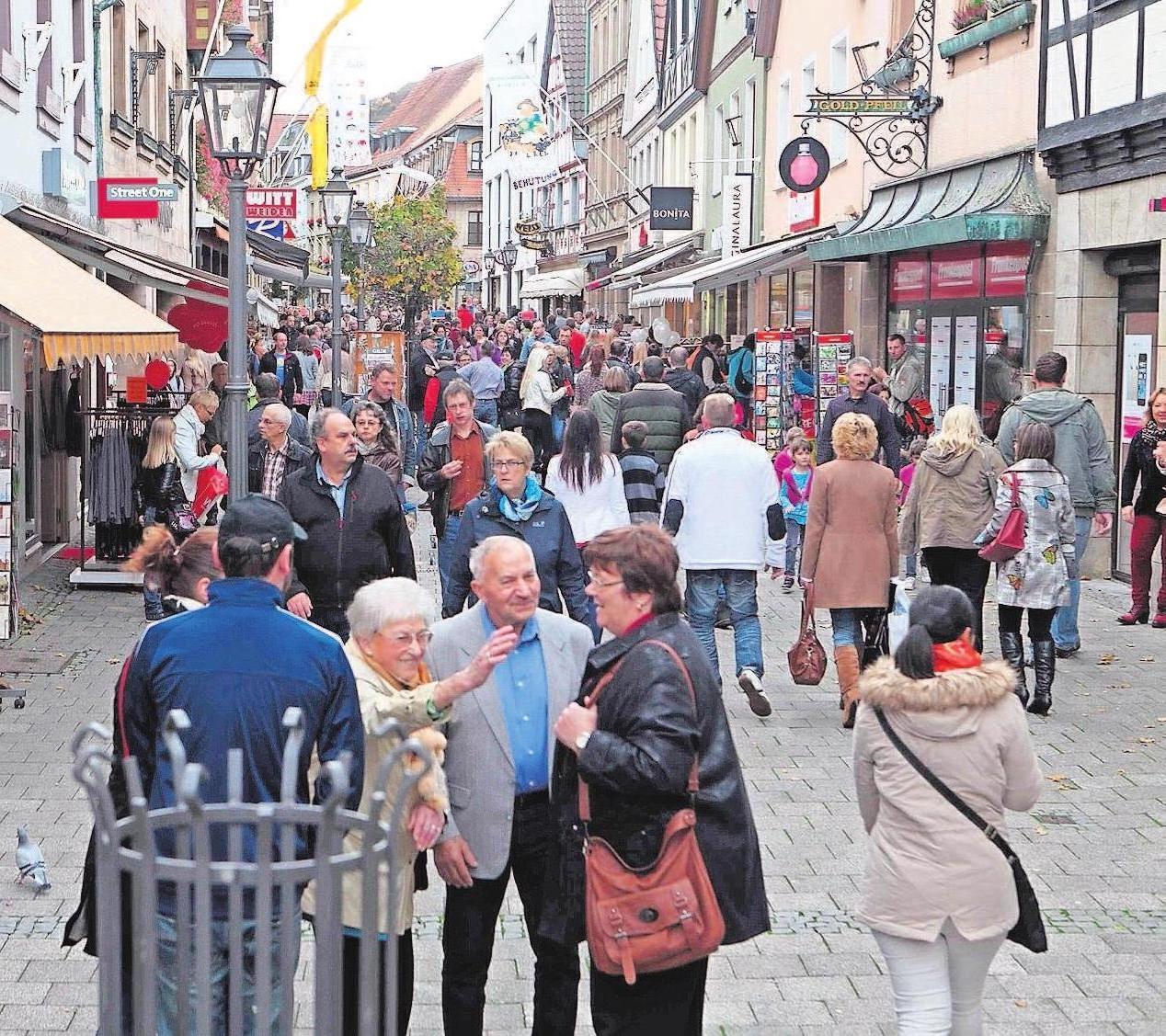"""Zeit zum Einkaufen, Zeit zum Schauen und """"Waafn"""": Marktzeit ist für viele Kulmbacher Anlass, sich zu treffen und zu schauen, was die vielen Fieranten zu bieten haben."""