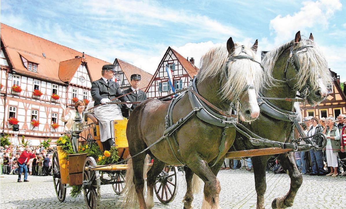 Das Besondere am Festzug in Bad Urach: Es rollen nur pferdegezogene Kutschen und Festwagen durch die Innenstadt. Fotos: Archiv