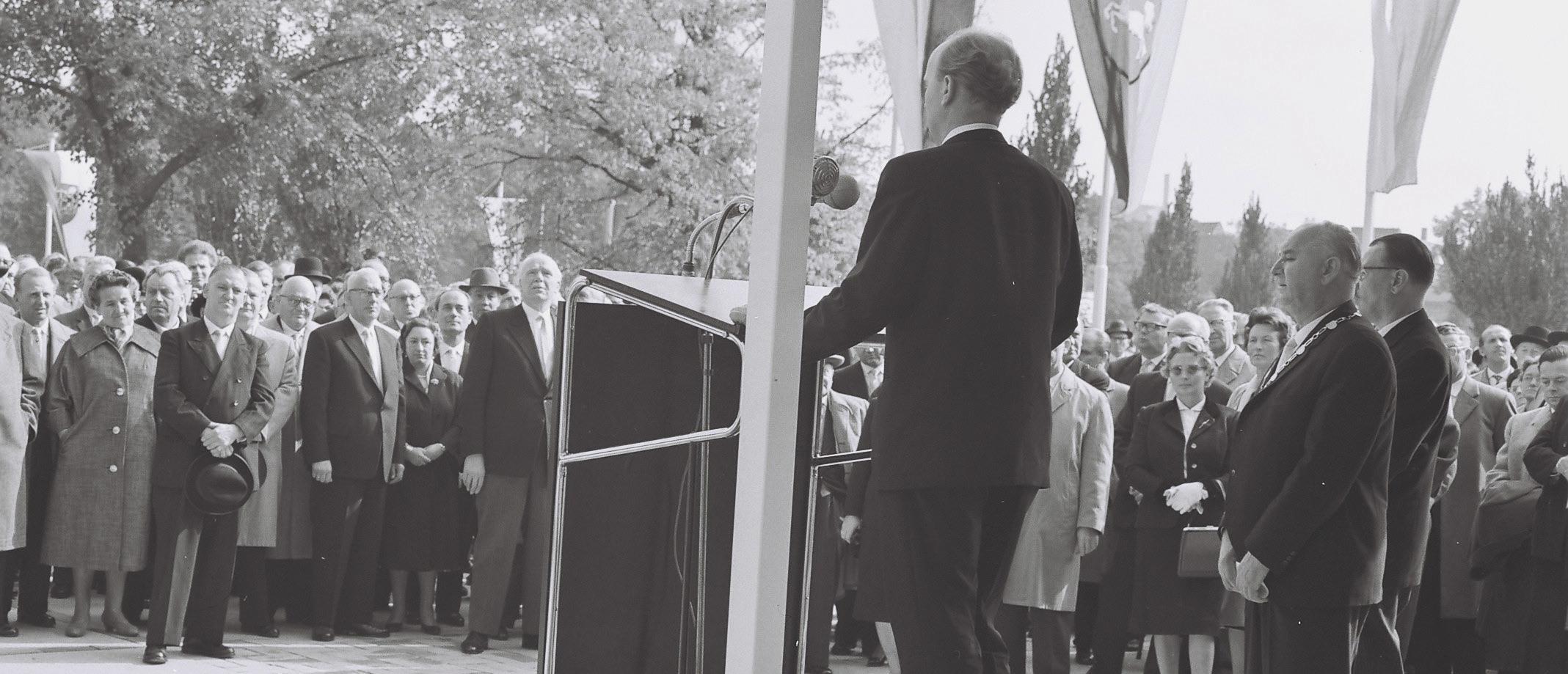 Ansprache des Architekten Martin Düker vor der Schlüsselübergabe. Foto: Trexler/Kreisarchiv Peine