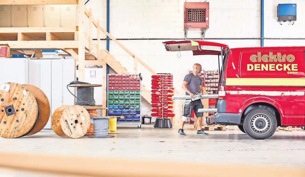 Mit dem Bulli zum Arbeitsmaterial. Für Mitarbeiter Fabian Beger eine Erleichterung beim Beladen.