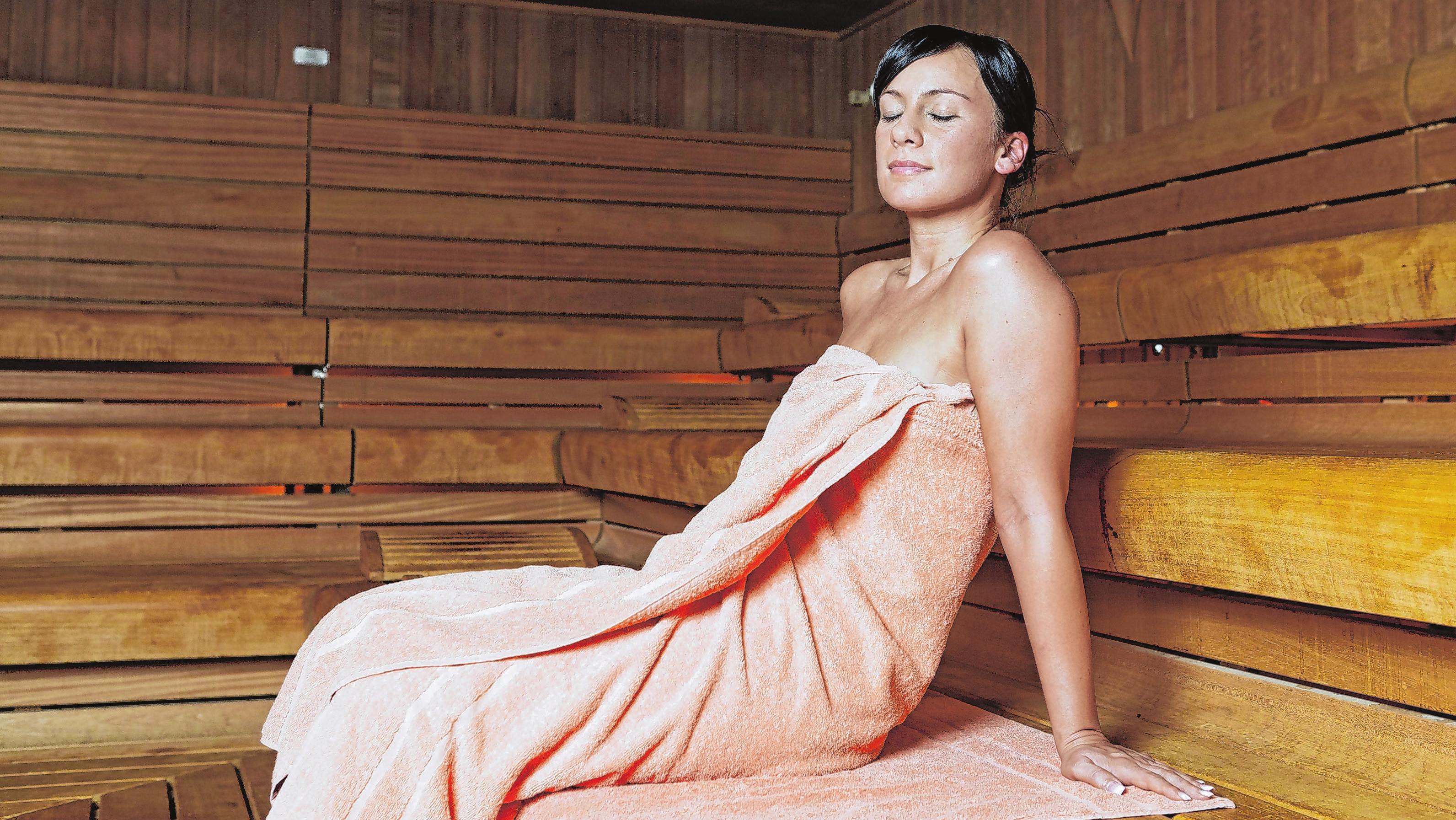 Regelmäßige Saunagänge können die Infektanfälligkeit positiv beeinflussen. Ein Gang in die Sauna kann aber auch Muskelkater lindern, wenn man die Durchblutung nicht allein mit moderaten sportlichen Übungen fördern möchte. Foto: Archiv/dpa