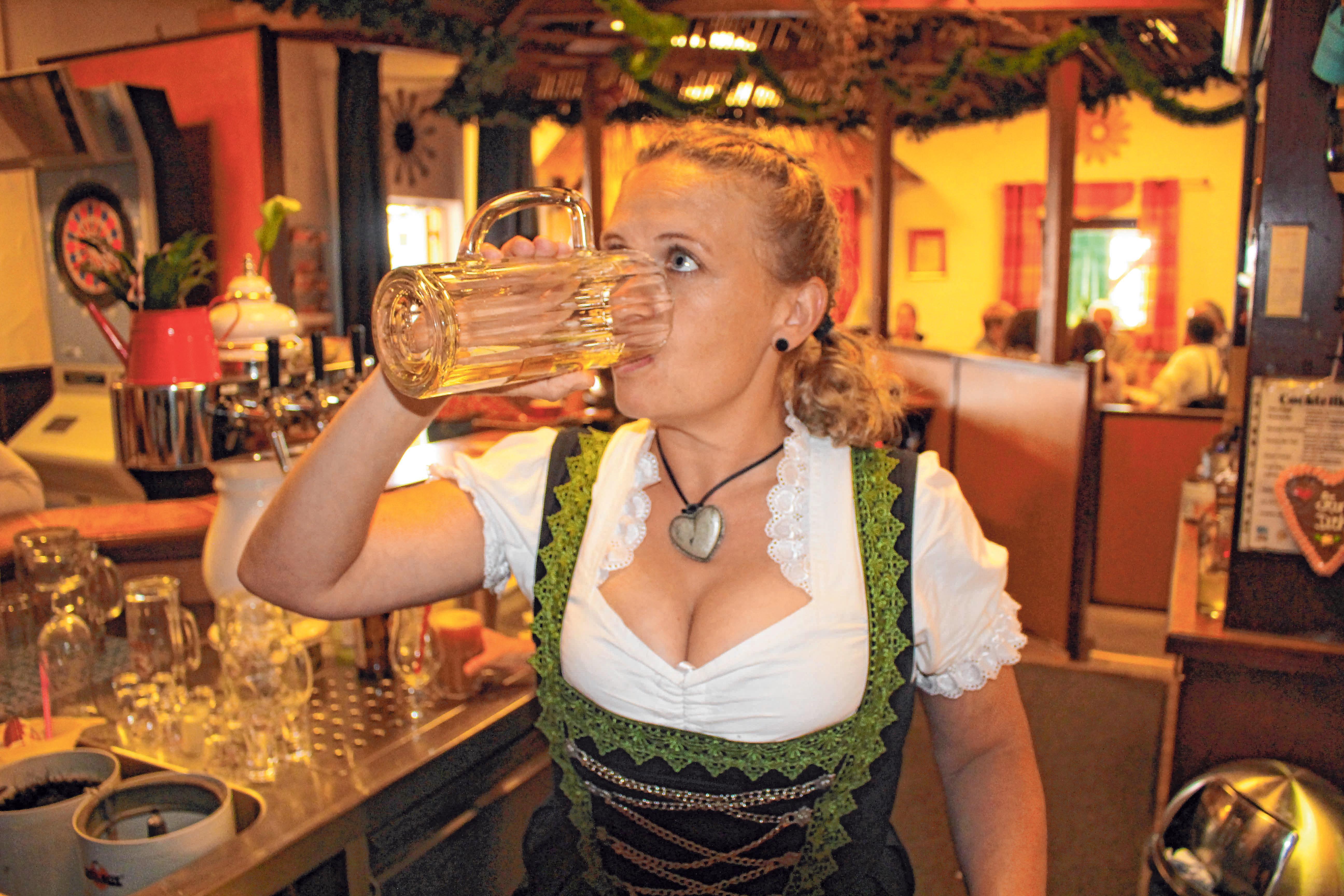 Sie sorgen für Getränke und gute Laune im Team: Karin Popp (l.). und Tanja Heinz.