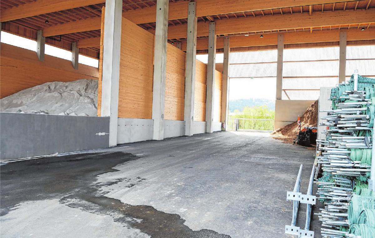 Im Salzlager ist Platz für 1600 Tonnen Auftausalz. Die tiefer liegende Durchfahrt erleichtert das Beladen, die Fahrzeuge können anschließend ausfahren ohne zu rangieren.