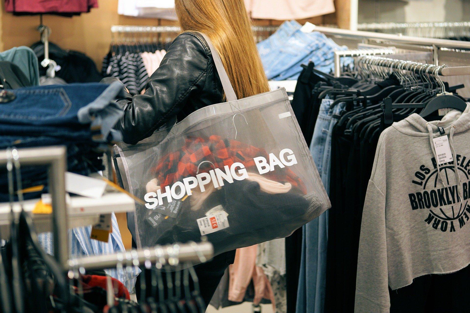 Geschäfte laden wieder zum Bummeln ein. Innenstädte beleben sich neu. FOTO: ANDREAS LISCHKA/PIXABAY.COM