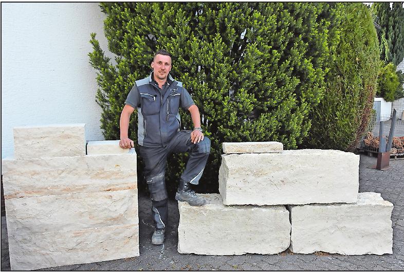 Gestaltet auch mit großen Steinen Grillplätze und Sommerküchen in Gärten: Steinmetzmeister Christian Schmitt. FOTO: CLEMENS