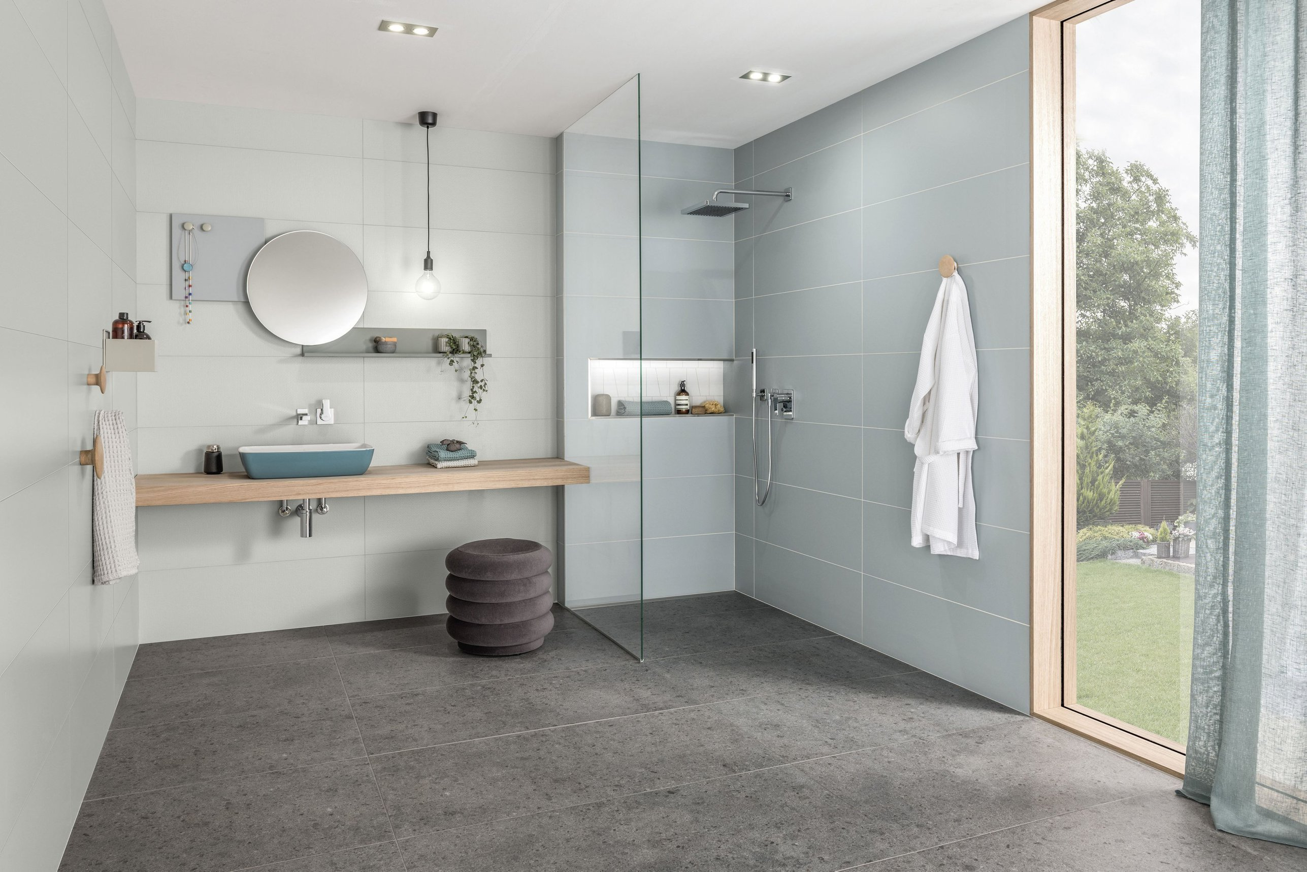 Mit einer guten Vorplanung lassen sich bodenebene Duschbereiche so gestalten, dass spätere Anpassungen bis hin zur rollstuhlgerechten Dusche mit minimalem Aufwand möglich sind. FOTO: DJD
