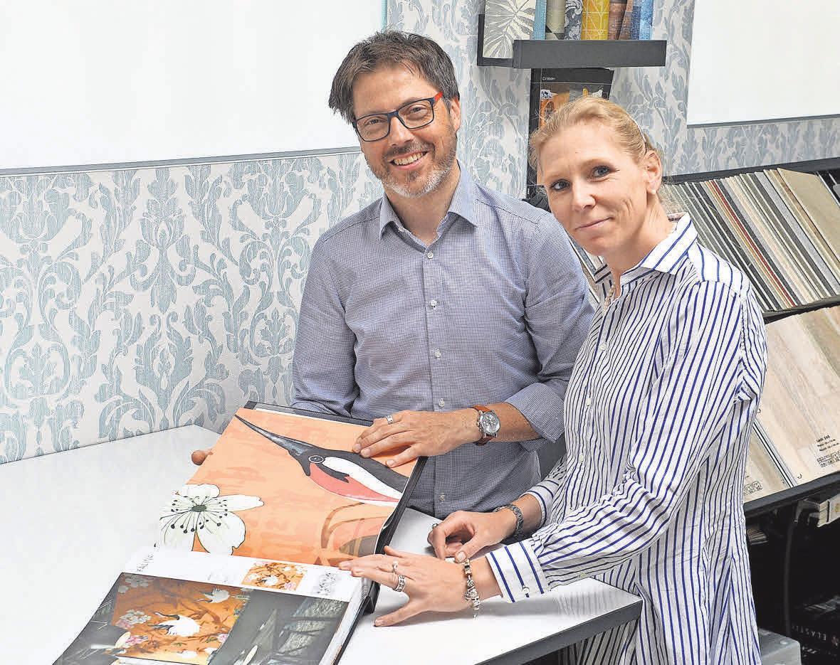 Torben und Franziska Schröter tauschen sich über Beispiele zum Sanieren und Bestücken von Fußbodenbelägen und Wänden aus. FOTO: MARKUS HARTWIG
