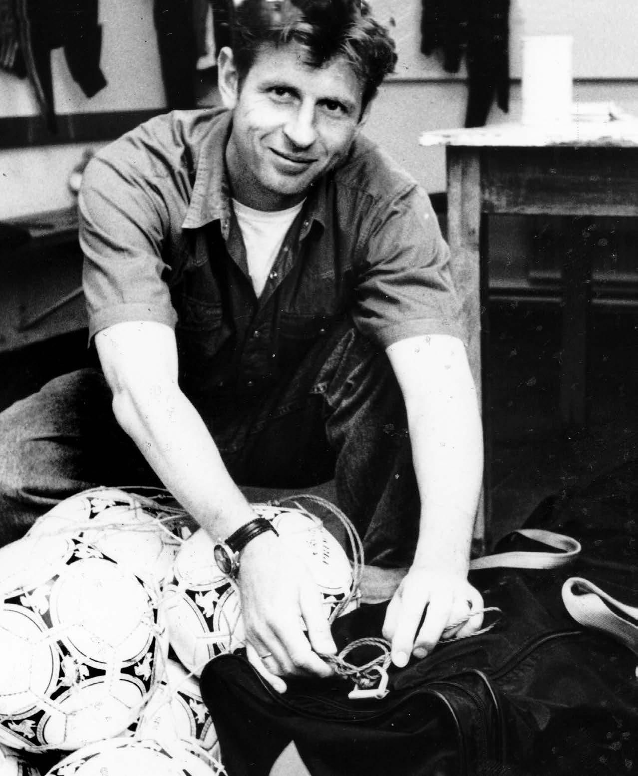 DER AUFSTIEGSTRAINER: 1991 kam Uwe Erkenbrecher zum VfL Wolfsburg, 1992 schaffte er mit dem Team den Aufstieg in die 2. Liga. Seine Vorgänger beim VfL waren Imre Farkaszinski, Wolf-Rüdiger Krause, Horst Hrubesch und Ernst Menzel, seine Nachfolger Eckhard Krautzun, Gerd Roggensack und Willi Reimann.