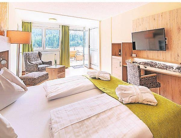 Gemütliche, moderne Zimmer und eine Terrasse mit besonderem Ausblick warten im Panorama Hotel Turracher Höhe.