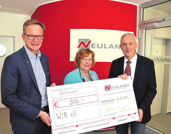 Hans-Dieter Brand (l.) übergibt die Spende an Joachim Harms und Rita Rummrich vom Verein WIN.