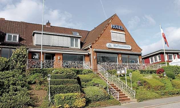 Das Hotel und Restaurant Waffenschmiede in Holtenau liegt etwas erhöht und bietet eine Terrasse mit Kanalblick. FOTO: GÖD