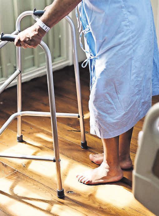 Wenn ältere Menschen zu Hause Pflege benötigen, sind ihre Angehörigen gefordert.