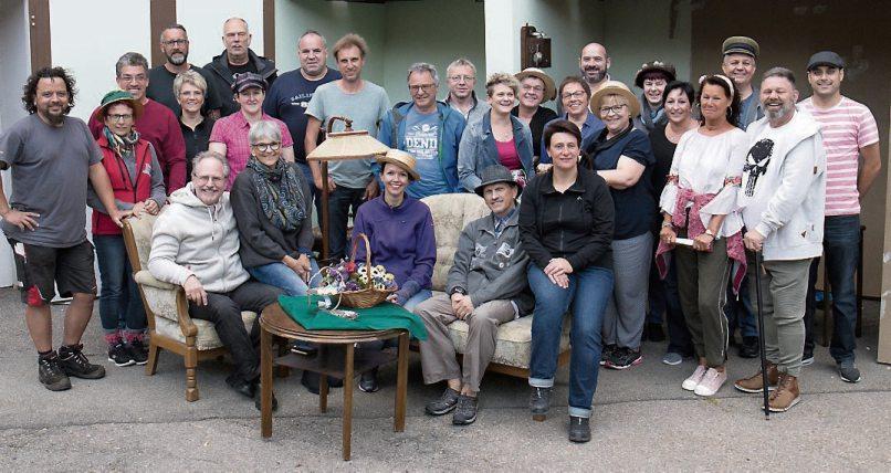 """Die Mitwirkenden der Theatergemeinschaft Hirrlingen freuen sich darauf, das Publikummit den Aufführungen von """"My Fair Lady"""" zu begeistern. Text und Bild: Klaus Stifel"""