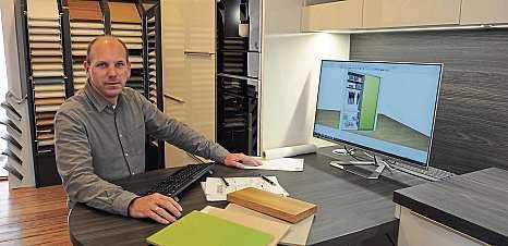 Christian Maas, Inhaber von Raumkreativ, kann am Bildschirm die individuellen Schrankwünsche realistisch darstellen.FOTO: FLORIAN SCHÖNBERGER