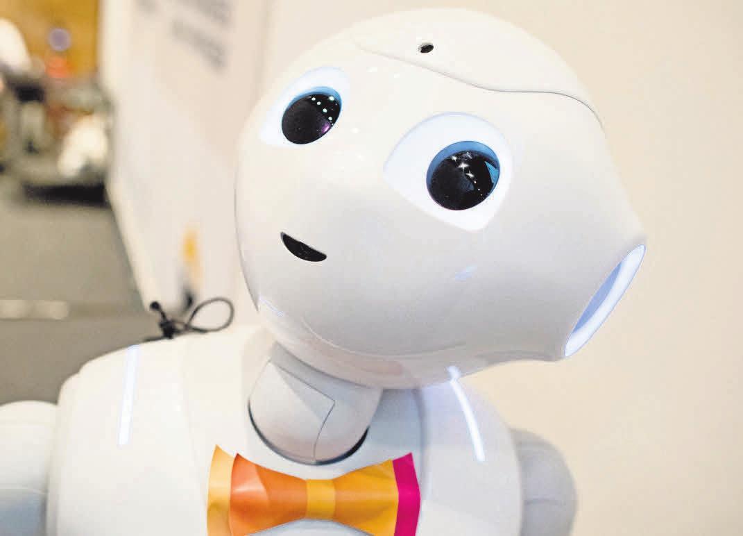 Roboter Pepper wurde auf Messe-Tour geschickt, um für die Digitalisierung der Pflegebranche zu werben. FOTO: J. STRATENSCHULTE/DPA