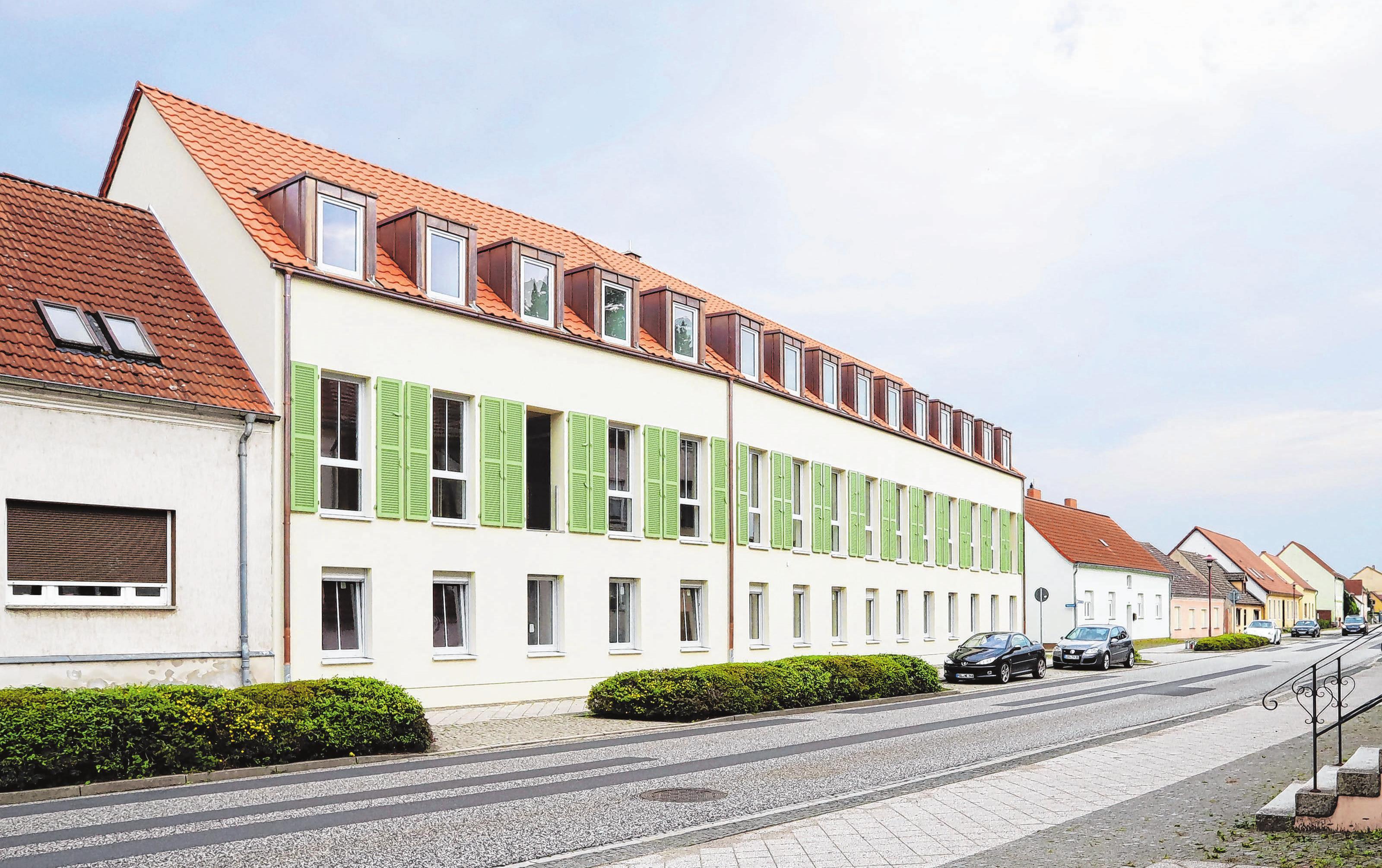 Die Fassade zur Frankfurter Straße hin fügt sich in die Ästhetik der Nachbargebäude.