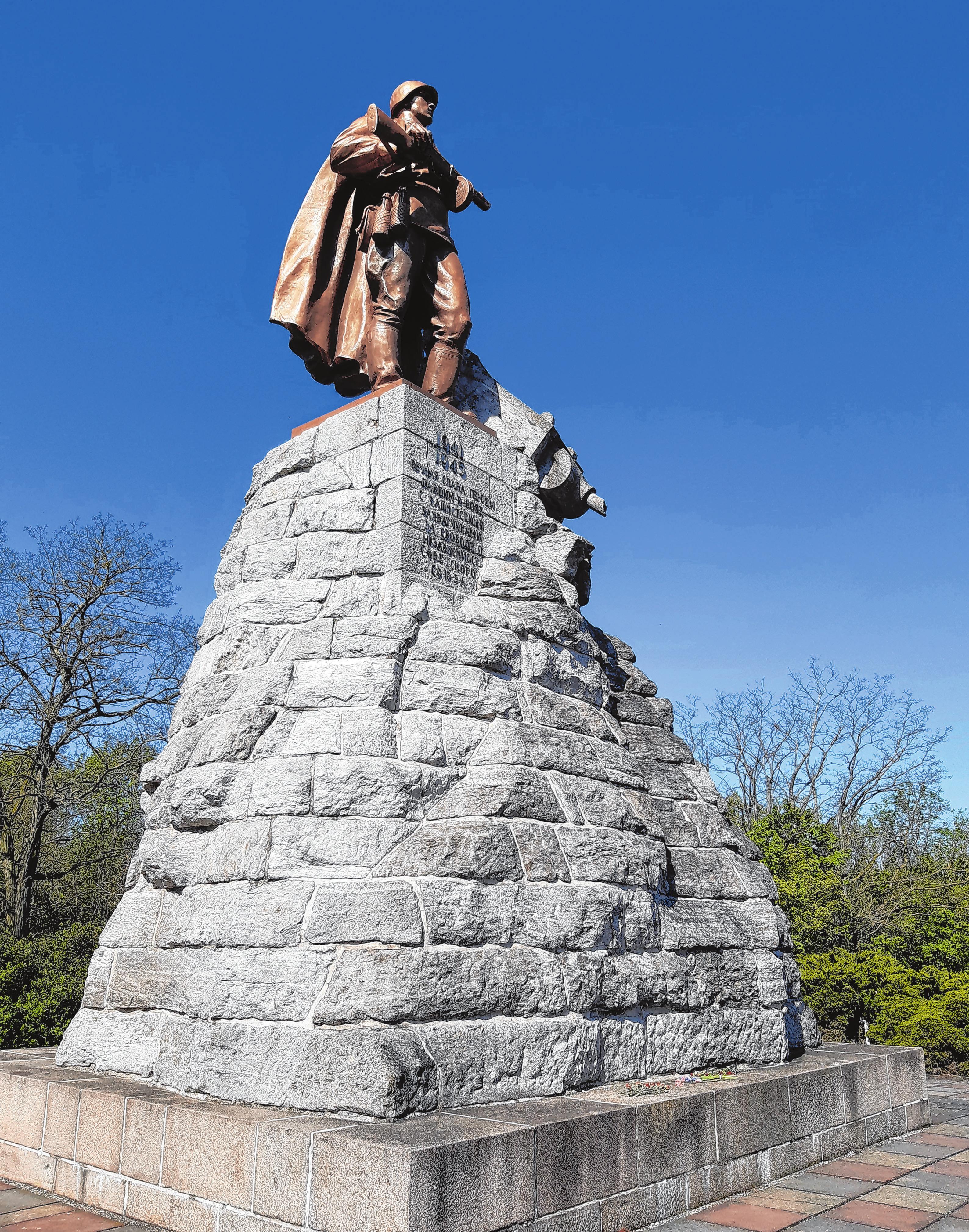 Das Erkennungszeichen der Gedenkstätte: die Statue des unbekannten Soldaten von dem sowjetischen Bildhauer Lew Kerbel.