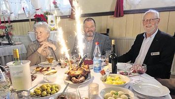 Gans mit Wunderkerzen am Tisch des Lionspräsidenten Frank Kremer (m.)