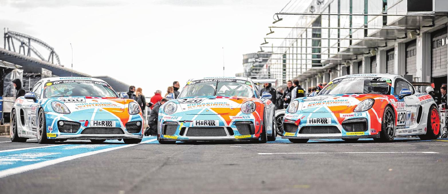 Sitzt auch selbst am Steuer des rassigen Porsche-Bio-Trio.